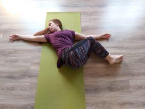 centro-de-yoga-en-mostoles-respirayoga-torsion-tumbado